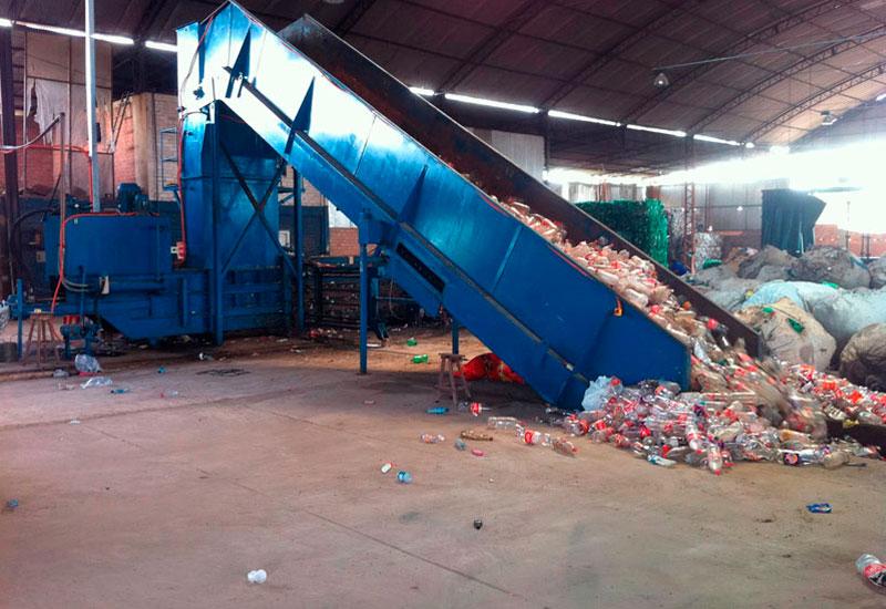 plasticos sendo reciclados.