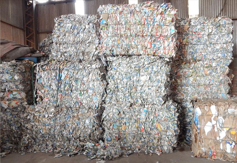 lixo sendo reciclado.